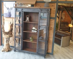 Collection buffet : vitrine industrielle